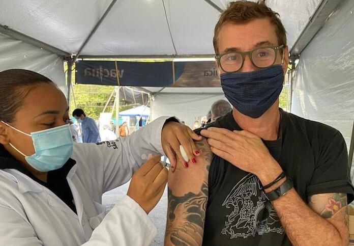 Dinho Ouro Preto recebendo vacina contra COVID-19