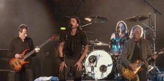 Foo Fighters tocando com metade do Led Zeppelin em 2008