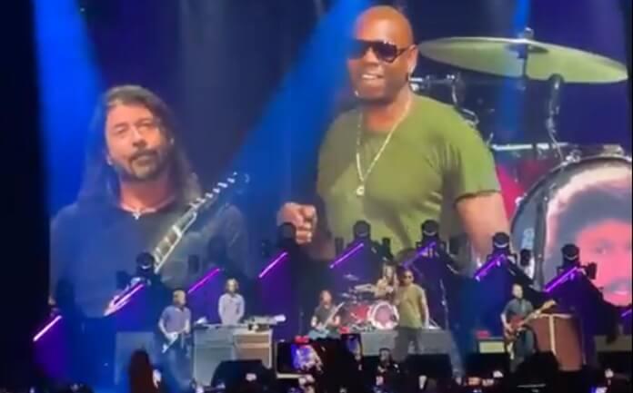 Foo Fighters toca cover de Radiohead ao vivo com comediante Dave Chapelle