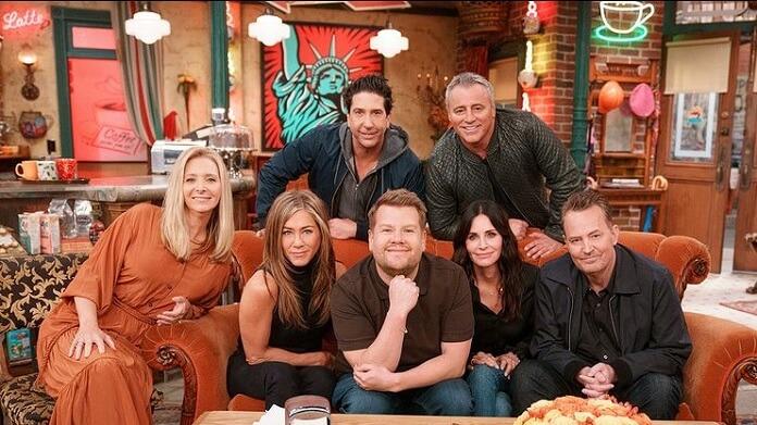 Elenco de Friends canta música tema da série no