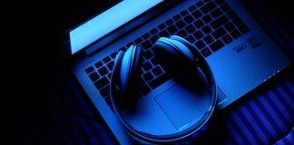 Foto stock, laptop e fone de ouvido