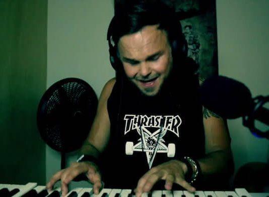 Lauri (The Rasmus) toca Metallica e Slayer