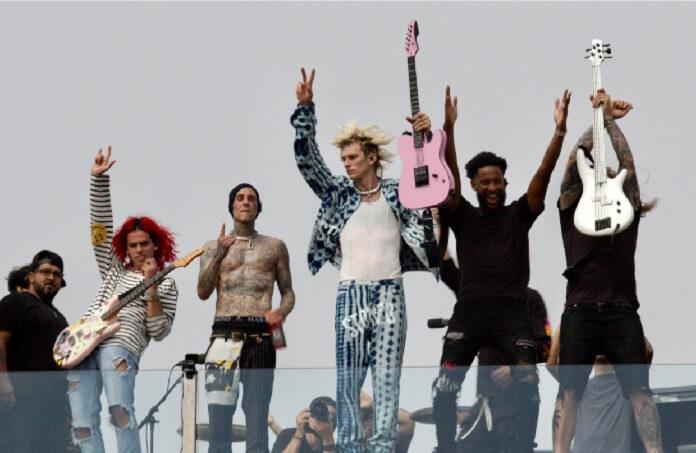 Machine Gun Kelly e Travis Barker fazem show surpresa em terraço