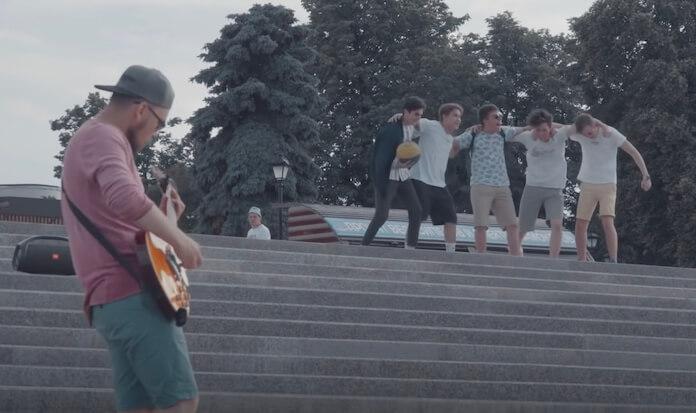 Guitarrista viraliza com vídeos tocando Metal em público
