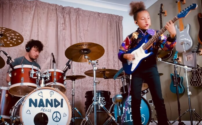 Nandi Bushell e Matt Helders tocam Arctic Monkeys