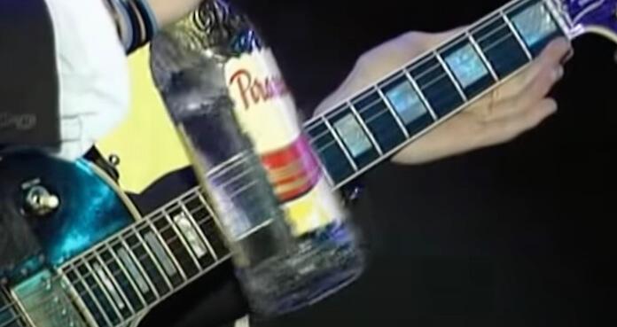 Silverchair tocando com uma garrafa de 51