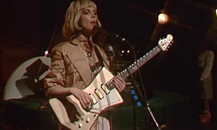 St. Vincent tocando guitarra em programa de TV