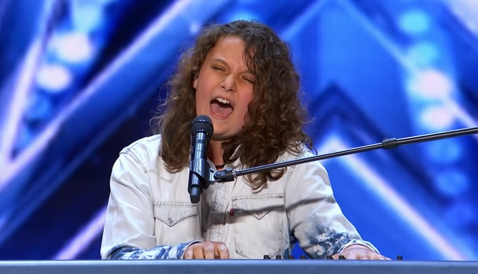 Dylan Zangwill cantando Queen