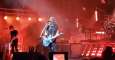 Foo Fighters presta tributo a Dusty Hill