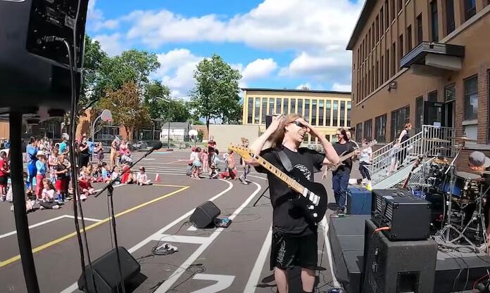 Banda de Death Metal toca para crianças