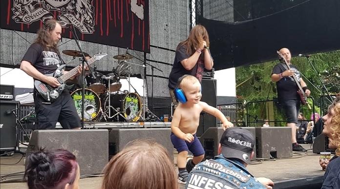 Bebê invade show de Metal Extremo