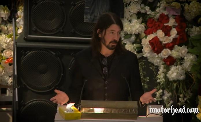 Dave Grohl no funeral de Lemmy Kilmister