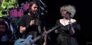 Violet Grohl canta com o Foo Fighters