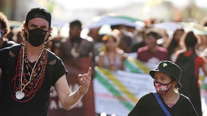 Joe Duplantier, do Gojira, participa de manifestação em Brasília