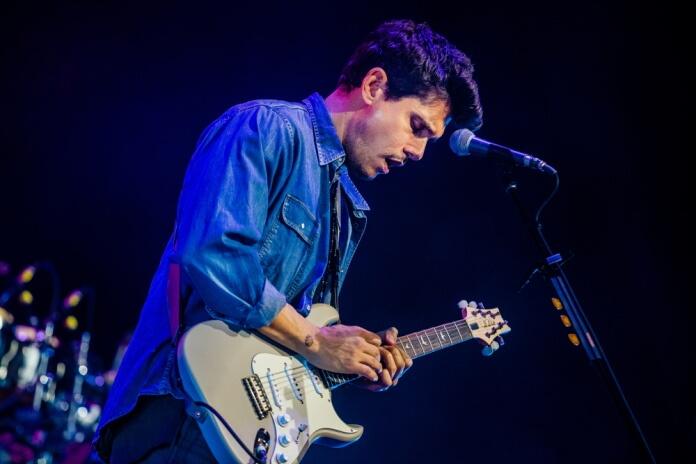 John Mayer tocando guitarra em show