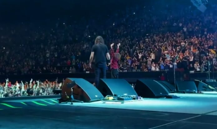 Nandi Bushell e Dave Grohl em show do Foo Fighters