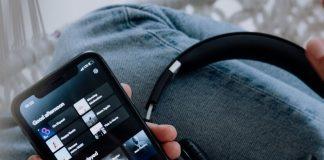 Celular com Spotify e fones de ouvido