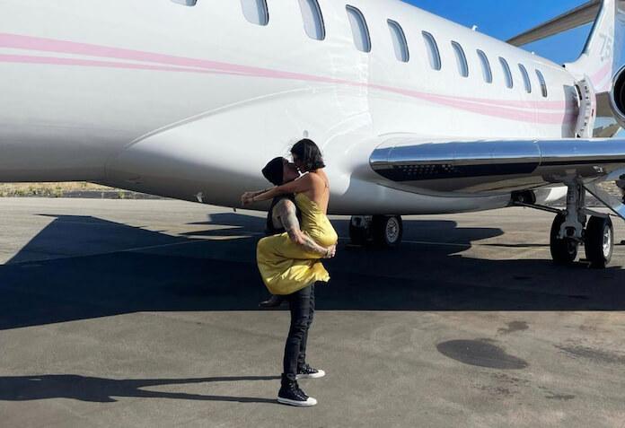 Travis Barker celebra viagem de avião com Kourtney Kardashian