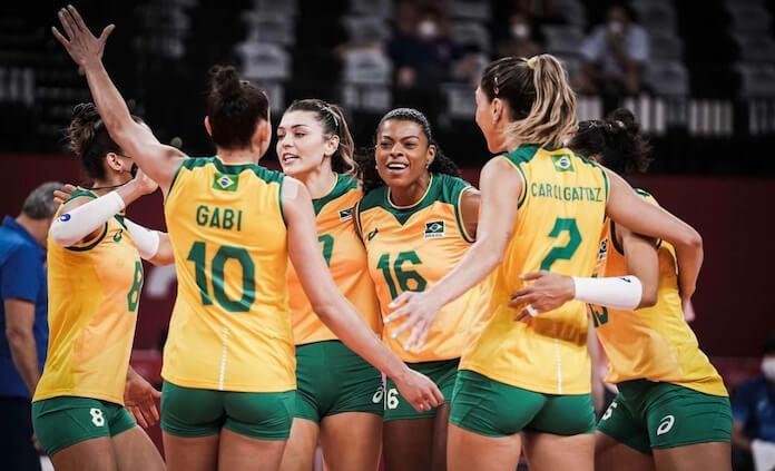Jogadoras do vôlei feminino comemoram vitória com Evidências