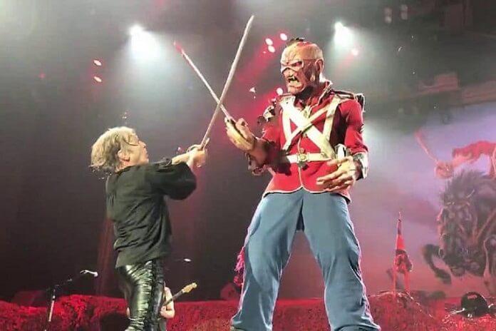 Bruce Dickinson pretende fazer duelo de sabres de luz com Eddie nos shows do Iron Maiden
