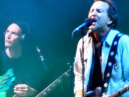 Josh Klinghoffer tocando com o Pearl Jam
