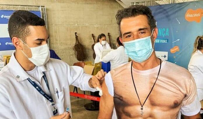 Marcos Pasquim brinca com os fãs e toma vacina contra a COVID