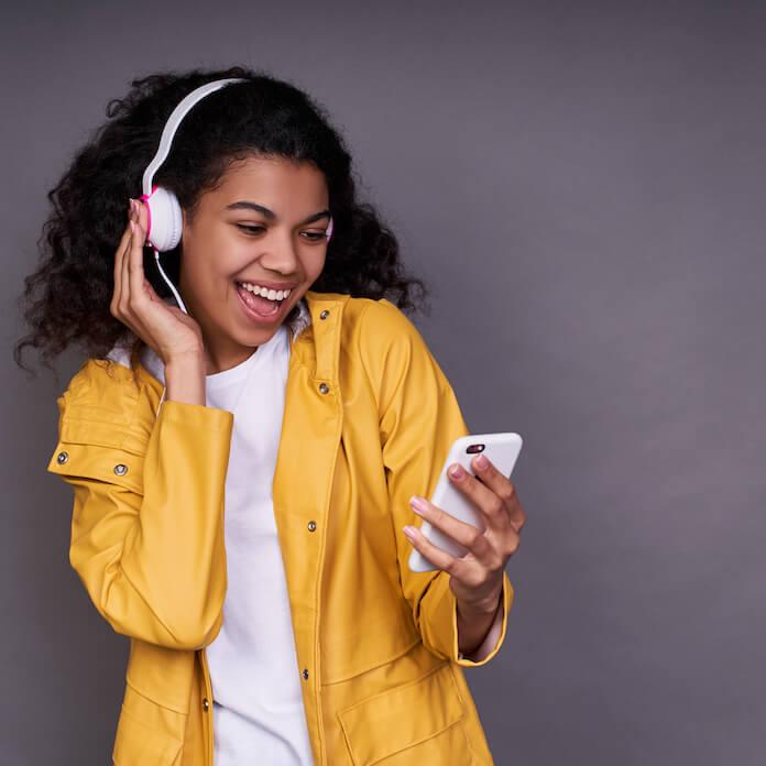 Pessoa ouvindo música e olhando o celular