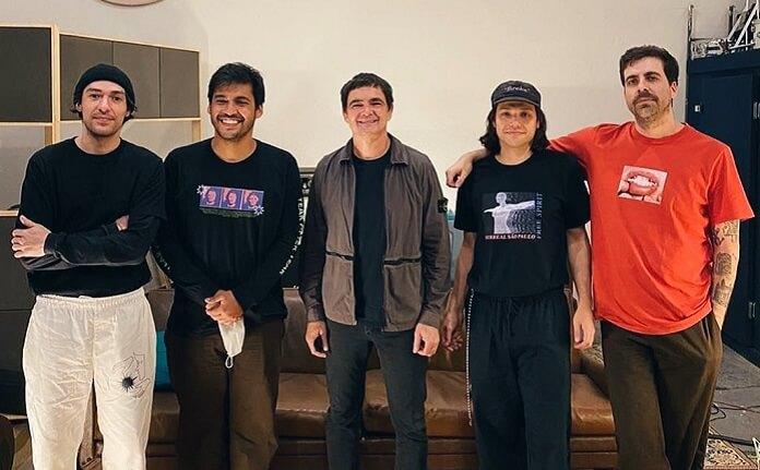 Samuel Rosa e Terno Rei tocam sucessos juntos no programa de estreia do Conexão Balaclava